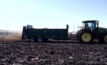 The SB600 Manure Spreader works on BOTH Cattle and Poultry Manure